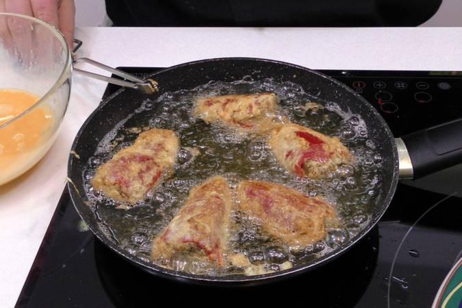 Paso 5 de Pimientos rellenos de morcilla con salsa de tomate