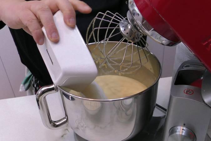 Paso 2 de Como hacer un bizcocho casero de coco muy esponjoso