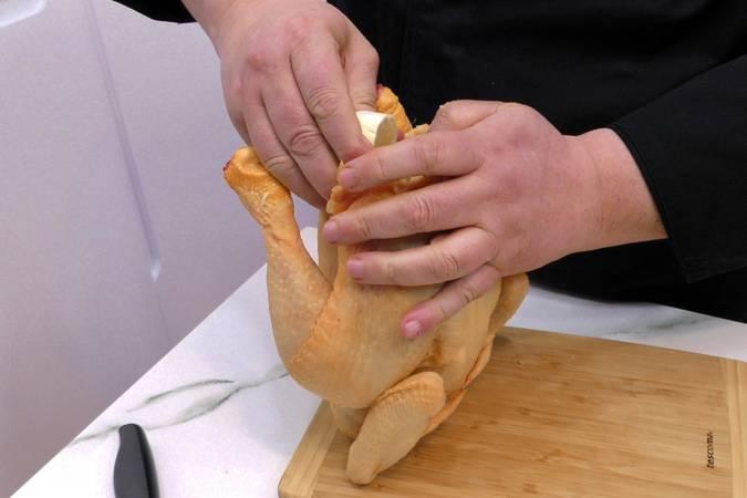 Sazonar el pollo y poner el limón y los ajos