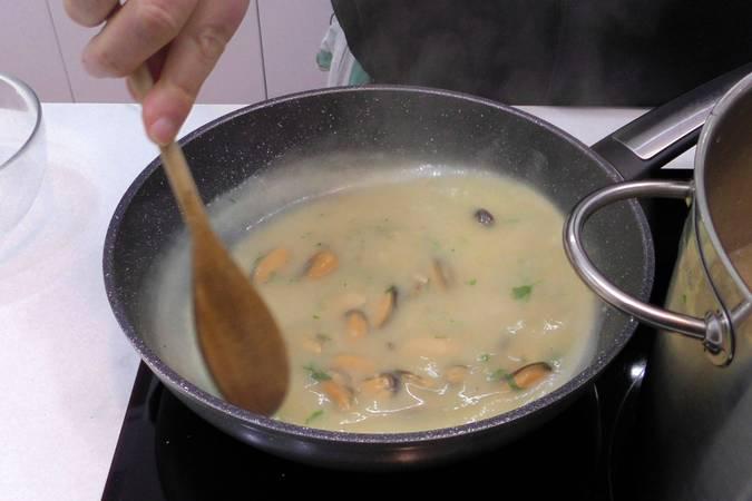 Añadimos los mejillones a la salsa marinera