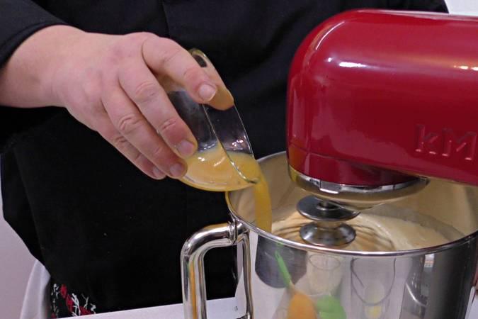 Paso 2 de Bizcocho de naranja glaseado con chocolate