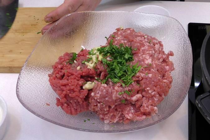 Paso 1 de Albóndigas con salsa de tomate y huevos escalfados