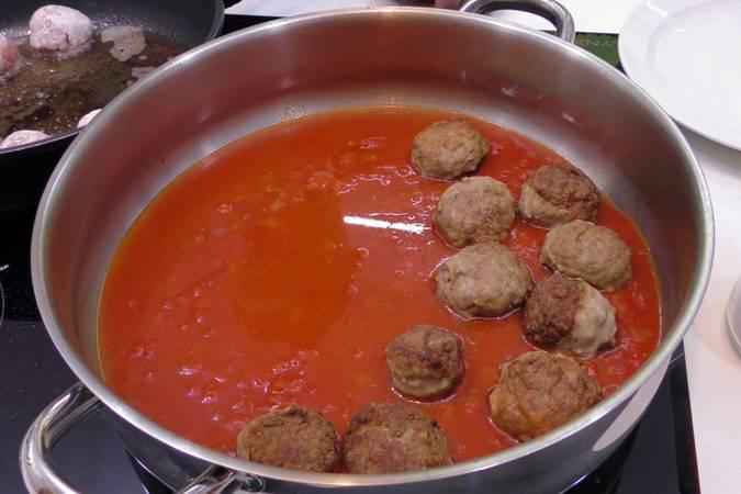 Paso 4 de Albóndigas con salsa de tomate y huevos escalfados