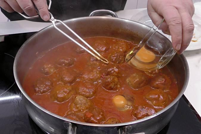 Paso 5 de Albóndigas con salsa de tomate y huevos escalfados