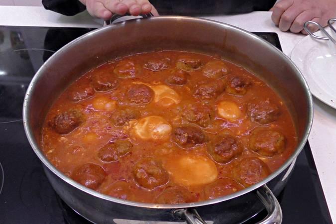 Paso 6 de Albóndigas con salsa de tomate y huevos escalfados