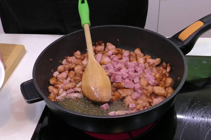 Cocinar las salchichas y el beicon