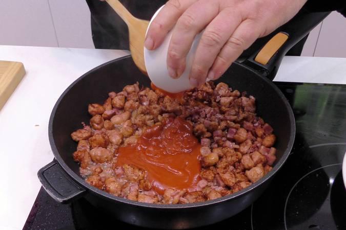 Agregar el jamón y el tomate frito