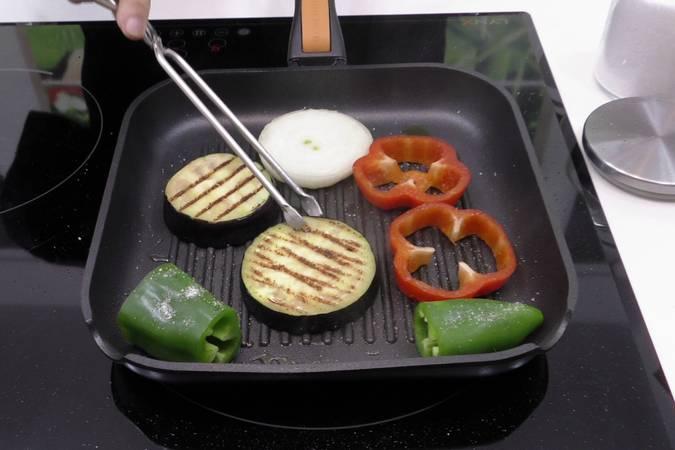 Paso 3 de Codillo de cerdo asado con verduras a la plancha