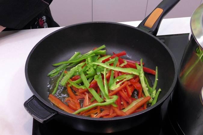 Paso 1 de Tallarines con calamares y verduras