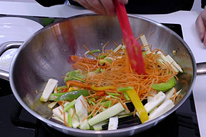 Paso 2 de Chuleta de ternera con wok mediterráneo