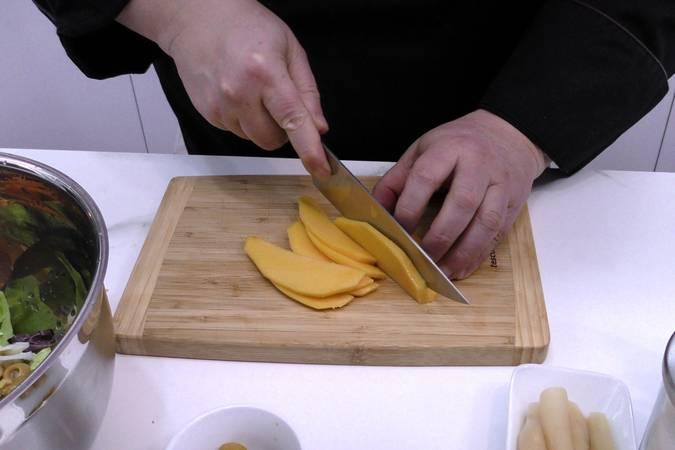 Paso 3 de Ensalada de mango y langostinos