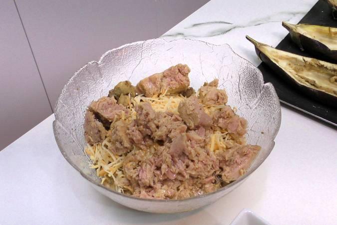 Vaciar las berenjenas y mezclar la carne con el atún y el queso