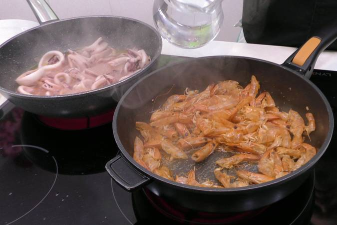 Cocinar las cabezas de los langostinos y flambear