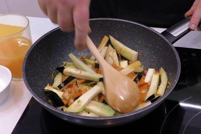Añadir la berenjena y la ralladura de naranja