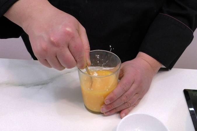 Verter el zumo de naranja