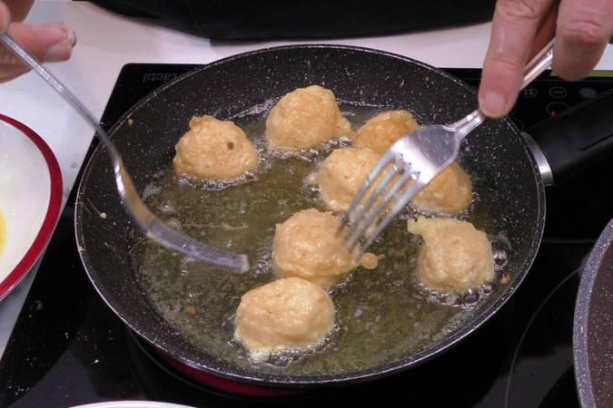 Paso 6 de Albóndigas de arroz y gambas en salsa picante