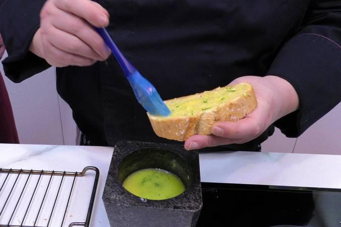 Paso 2 de Pan de ajo con jamón y queso