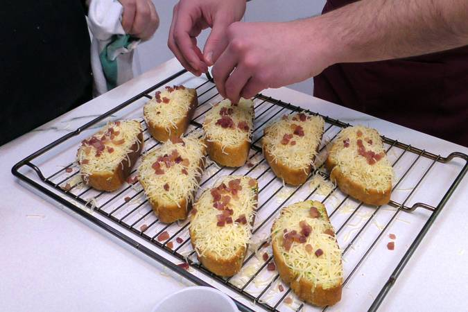 Paso 3 de Pan de ajo con jamón y queso