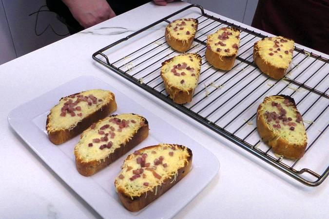 Paso 4 de Pan de ajo con jamón y queso
