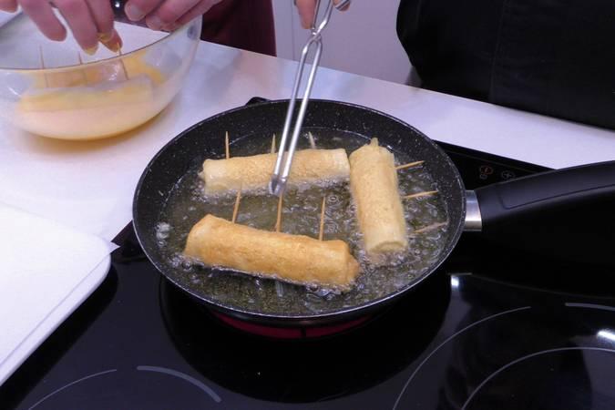 Paso 4 de Rollos de pan de molde con jamón y queso