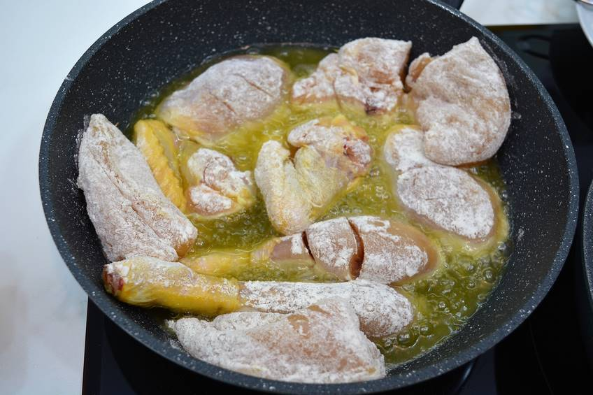 Paso 3 de Receta de pollo al ajillo con salsa de tomate