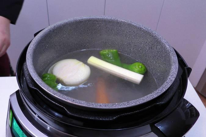 Comenzamos haciendo el caldo de verduras