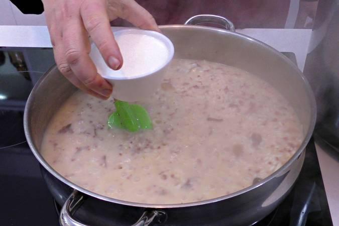 Con el arroz casi hecho añadimos la nata