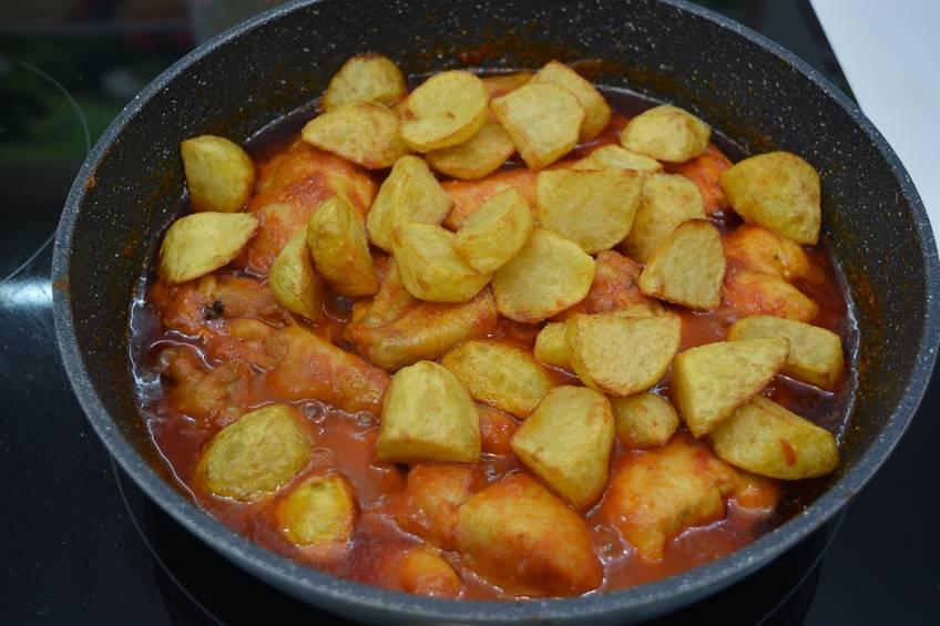 Paso 6 de Receta de pollo al ajillo con salsa de tomate