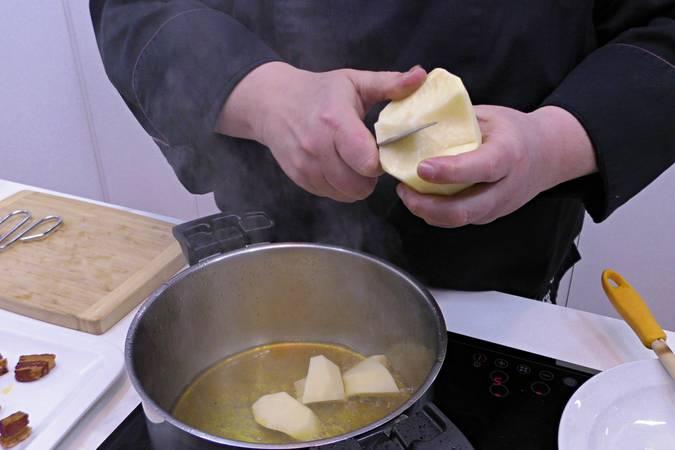 En el mismo aceite ponemos a rehogar las patatas
