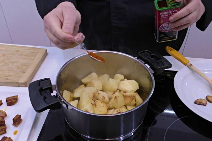 Añadimos el pimentón a las patatas