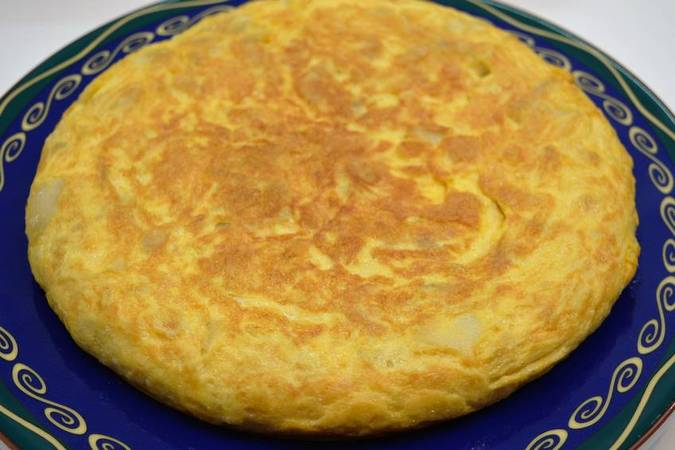 Paso 2 de Tortilla de patata rellena de ensaladilla