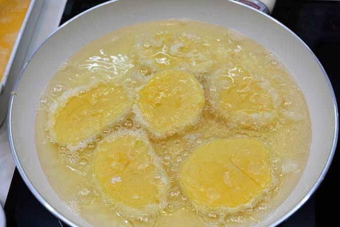 Paso 2 de Patatas rebozadas también llamadas patatas a la importancia