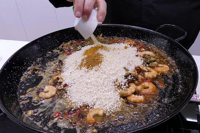 Paso 5 de Arroz al curry con langostinos y verduras