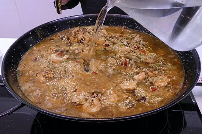 Paso 6 de Arroz al curry con langostinos y verduras