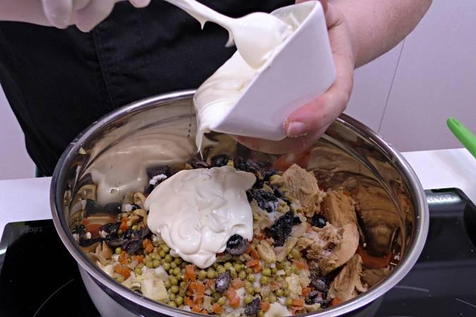 Paso 3 de Como hacer ensaladilla rusa, la receta de mi abuela
