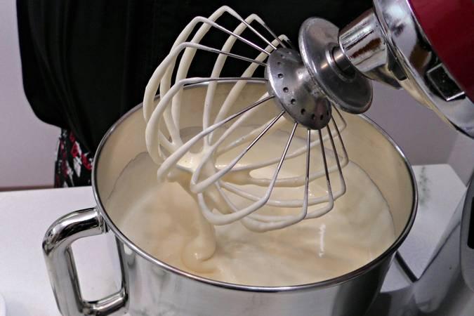 Paso 1 de Bizcocho de yogur natural con queso, bizcocho casero muy esponjoso