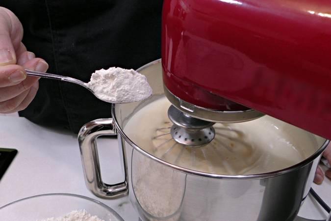 Agregar la harina y la levadura