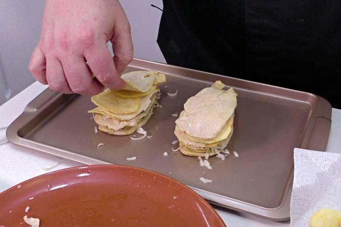 Paso 2 de Milhojas de pollo y patatas gratinado con queso