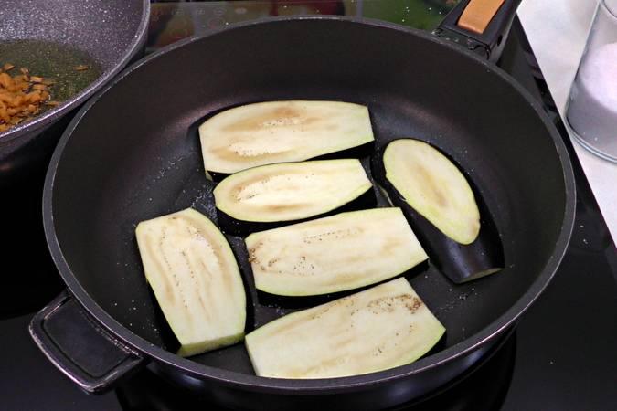 Cocinar a la plancha las láminas de berenjena