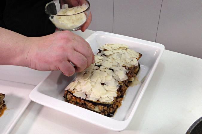 Poner queso por encima y gratinar la lasaña de carne