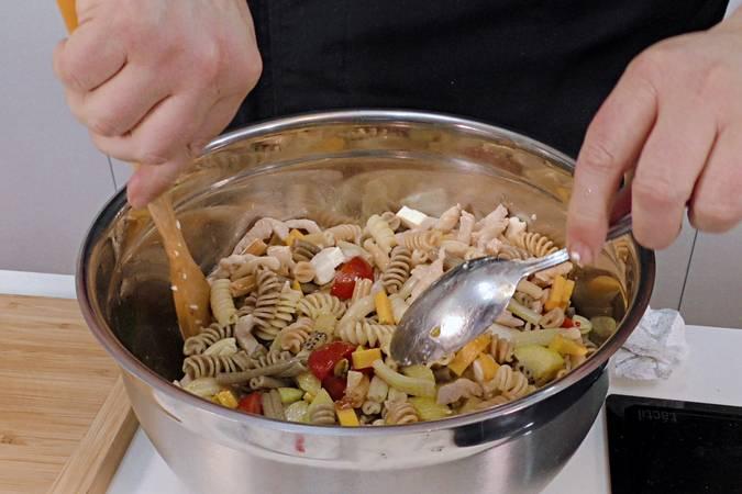 Aliñar la ensalada de pasta