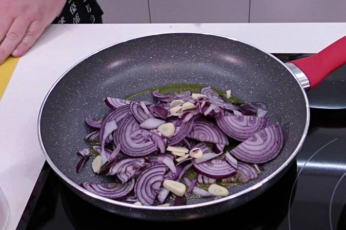Paso 2 de Carrilleras rebozadas con salsa de cebolla