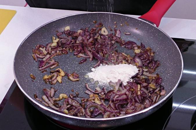 Paso 3 de Carrilleras rebozadas con salsa de cebolla