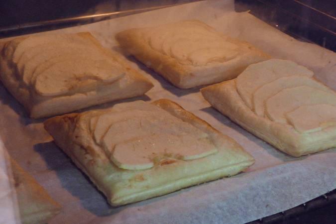 Hornear los pasteles de manzana
