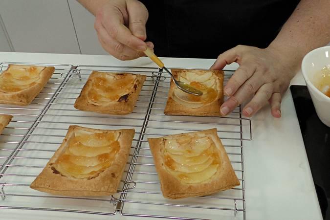Paso 6 de Receta para hacer pasteles de manzana y crema pastelera