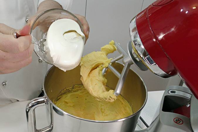 Paso 1 de Cupcakes de cereza con buttercream de queso