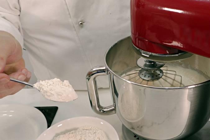 Paso 5 de Cupcakes de cereza con buttercream de queso