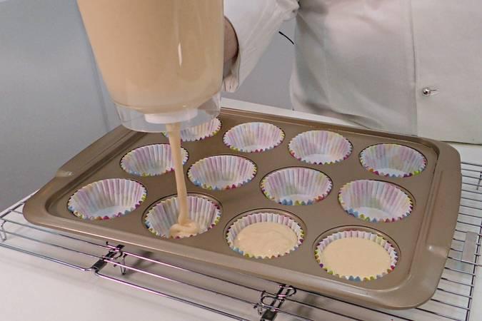 Paso 6 de Cupcakes de cereza con buttercream de queso
