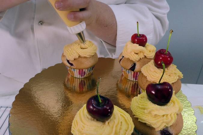 Paso 10 de Cupcakes de cereza con buttercream de queso