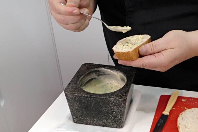 Paso 3 de Pan de ajo con pan de pueblo